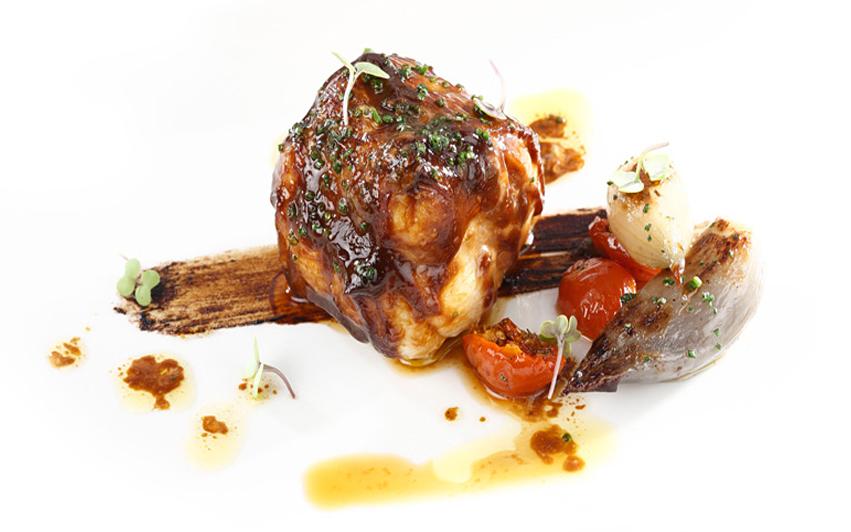receta restaurante Aizian Rape marinado sobre trazo de ajonegro y cebollas asadas