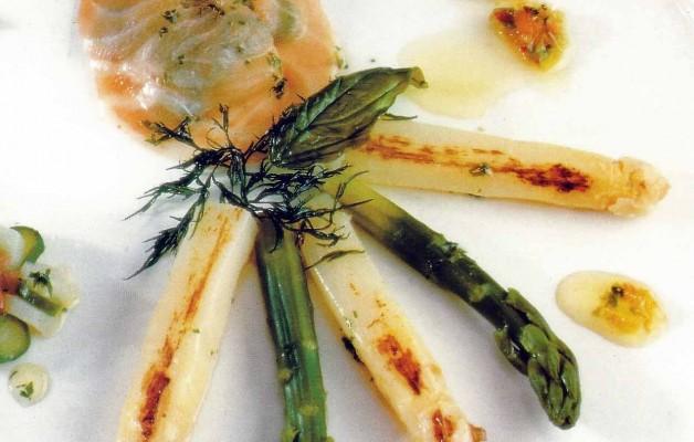 Receta: Parrillada de espárragos naturales sobre salmón marinado a las hierbas