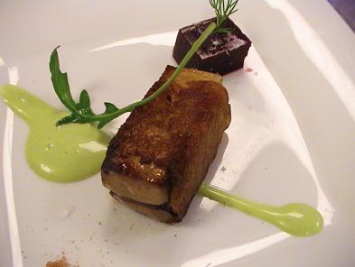 Receta: Foie de costra de pan ahumado, jugo ligado de rúcula y geleé de cerezas