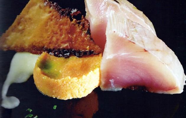 Receta: Bonito marinado en aceite de ajos sobre migas de tomate, crema de cebolleta y aceite de cebollino