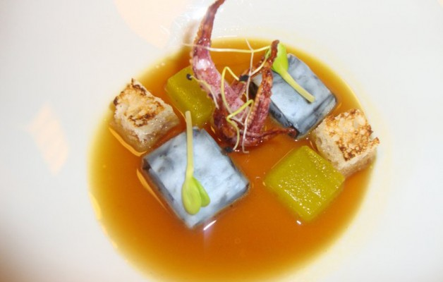 Receta: Sopa de chipirón y cebolla morada de Zalla, ravioli cremoso de su tinta y aceite texturizado