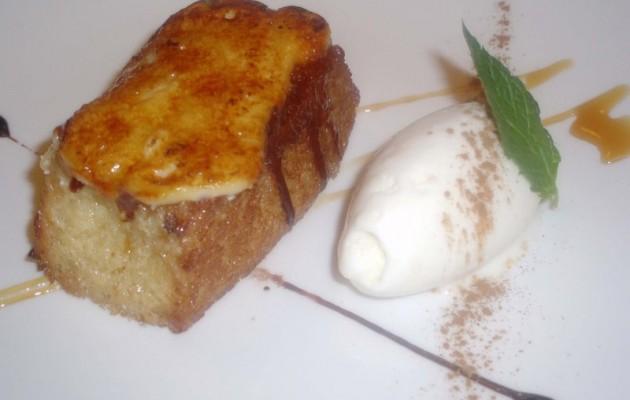 Receta: Torrija de pan caramelizada con helado de arroz con leche