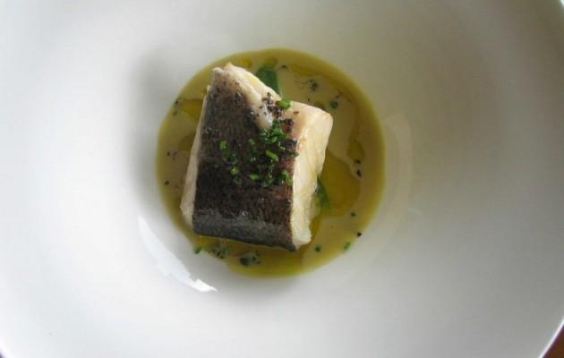 Receta: Merluza cocida en su jugo con moluscos, perejil y aceite de oliva