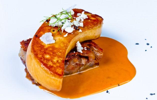 Receta: Foie a la plancha sobre manitas de cerdo y sopa de ajo y pan Labeko