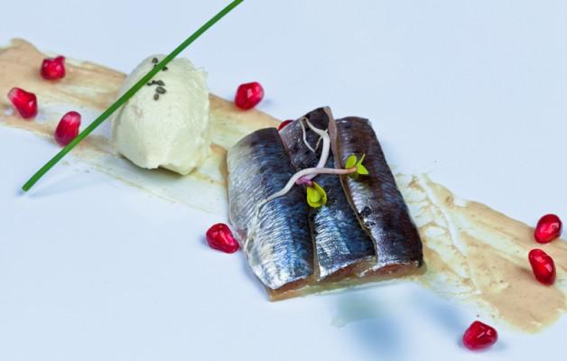 Receta: Lomos de sardinas en apio nabo a la sal sobre crema de sardinas viejas