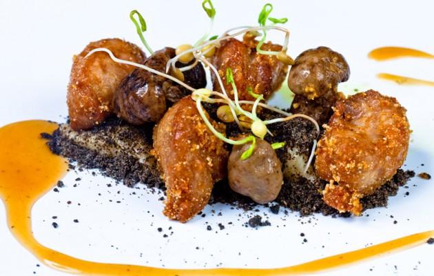 Receta: Mollejas de cordero sobre tierra de olivas en crema de ajo y Carranzana Cara Negra