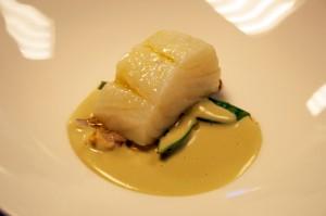 Bacalao cocido en su jugo con moluscos y tirabeques