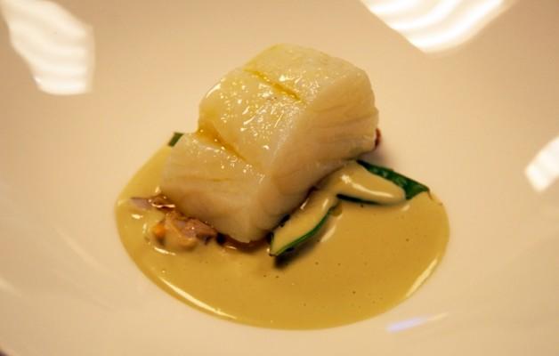 Receta: Bacalao cocido en su jugo con moluscos y tirabeques