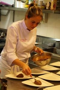 preparando Bombon de chocolate y naranja con crema helada de caramelo y especies