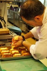 preparando-Torrija-de-pan-caramelizada