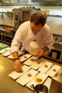 preparando mejillones sobre una crema de anchoas y vermouth preparado