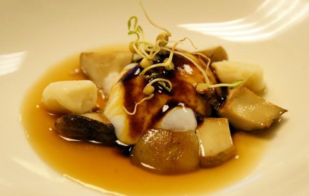 Receta: Huevo a baja temperatura con hongos salteados, ñoquis de Carranzana y jugo de cebolla morada de Zalla