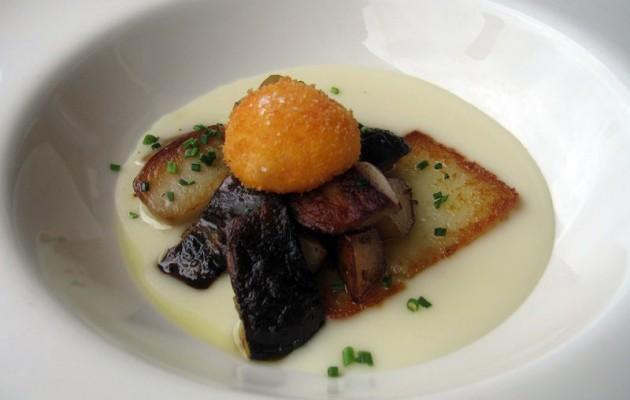 Receta: Huevo de caserío sobre patatas, chorizo y caldo concentrado de pimientos asados