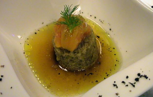 Receta: Tomate asado sobre borracho de olivas negras y consomé de anchoas en salazón