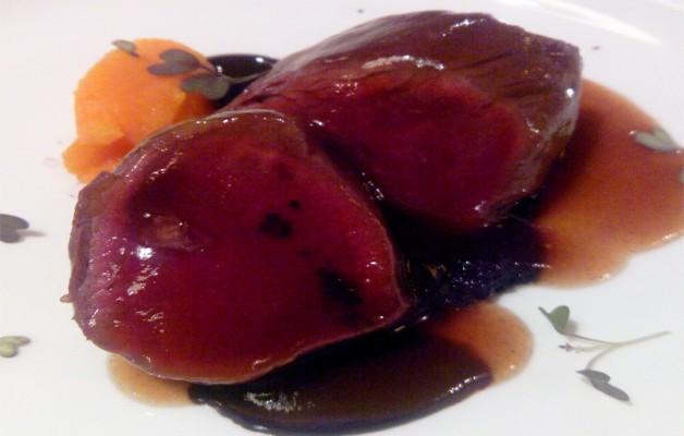 Receta: Corzo asado con boniato, aceitunas negras y cacao