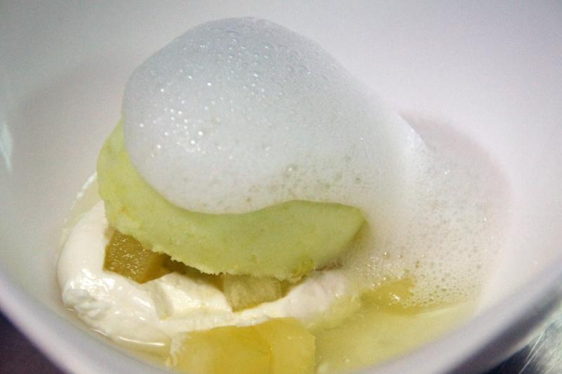 Dados de manzana con su helado y aire de sidra