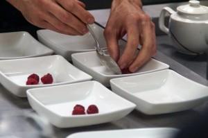 Sopa de frutos secos rojos con helado de queso y granizado de sangría