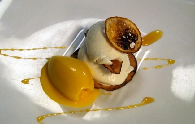 Receta: Mousse de yogur griego sobre hojas de frutas con su helado de mango