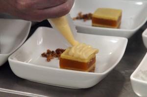 Pastel de limón y albaricoque con helado de caramelo