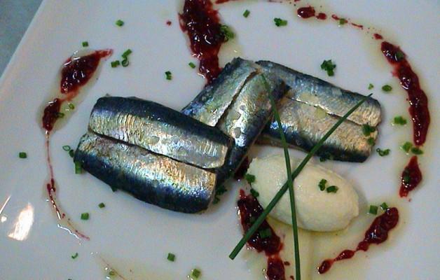 Receta: Sardina ahumada sobre mousse de ajoblanco y gel de tomate