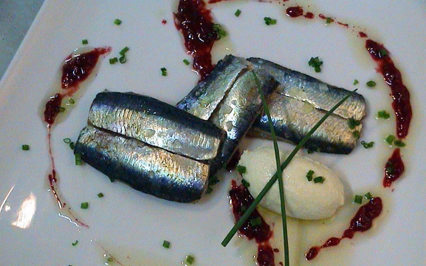 Sardina ahumada sobre mousse de ajoblanco y gel de tomate