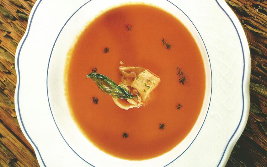 sopa fría de tomate a la albahaca con bonito marinado