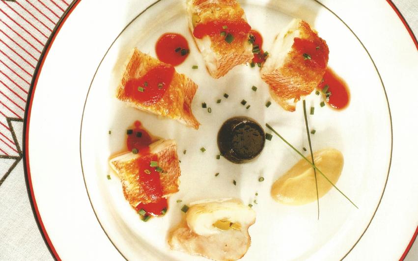 Kabratxo de roca con gelatina de aceitunas negras y mousse de anchoas en salazón