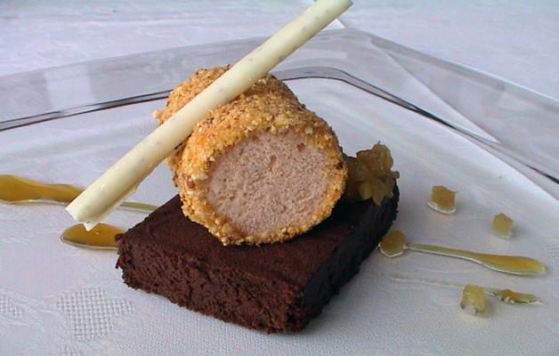 Receta: Parfait de avellanas sobre bizcocho de chocolate y piña