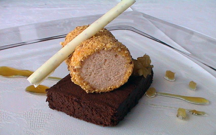 Parfait de avellanas sobre bizcocho de chocolate y piña