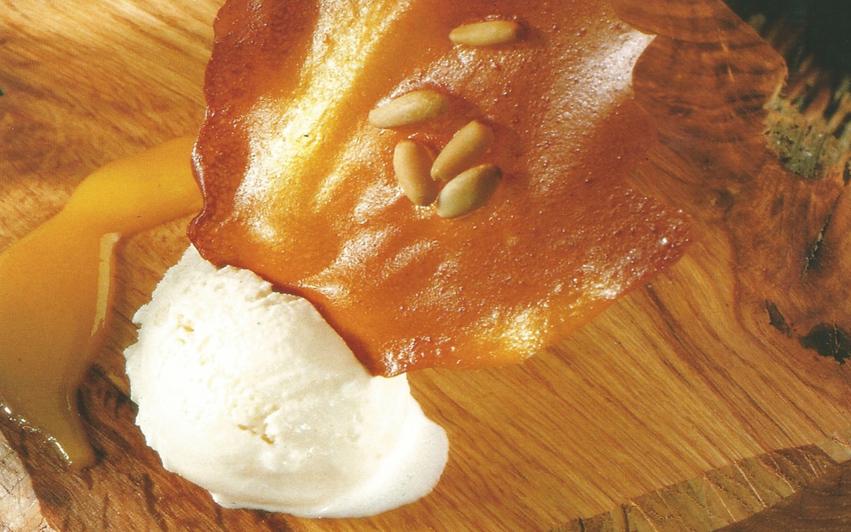 crujiente de naranja y piñones sobre helado de hierba luisa