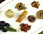 Receta: Hongos al gratén de avellana sobre salteado de berza y morros a la plancha