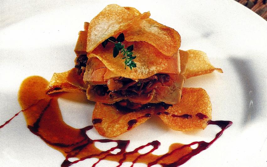 Milhojas de rabo crujientes y foie con salsa de vino tinto