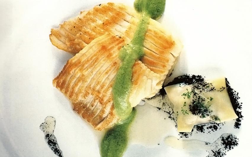 aleta de raya con ravioli de pulpo encebollado y pil pil de brócoli