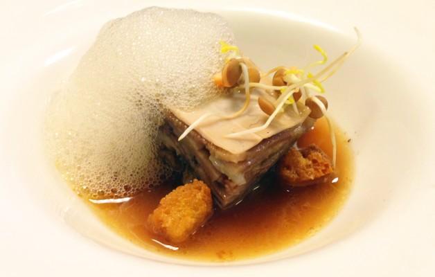 Receta: Lasagna de morros de ternera y sepia con jugo de txipirones y aire de piquillos y pimentón