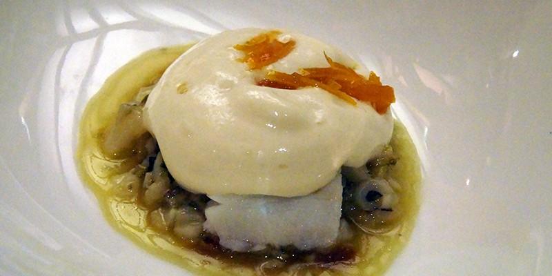 Estofado de bacalao y cebolla con crema de patata y espuma de huevo