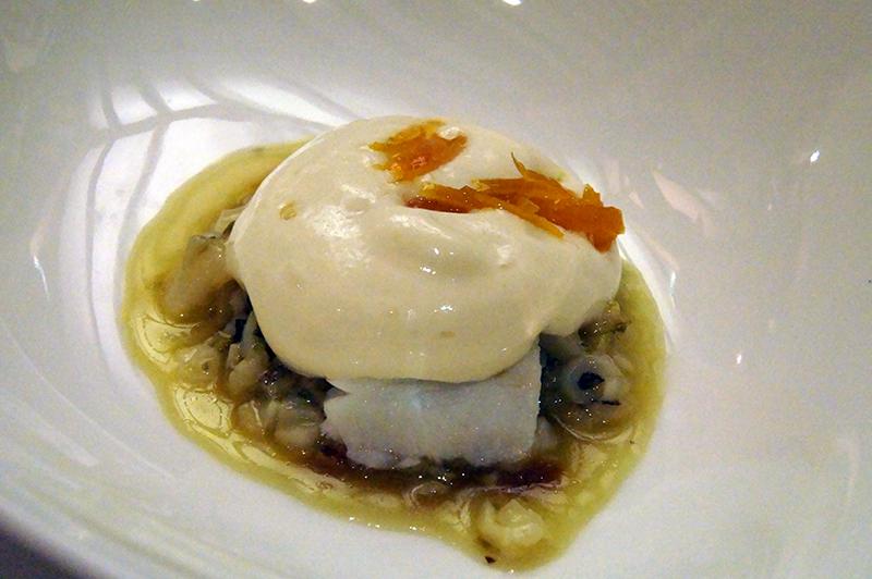 Estofado de bacalao y cebolla con crema de patata y espuma de huevo de Andra Mari
