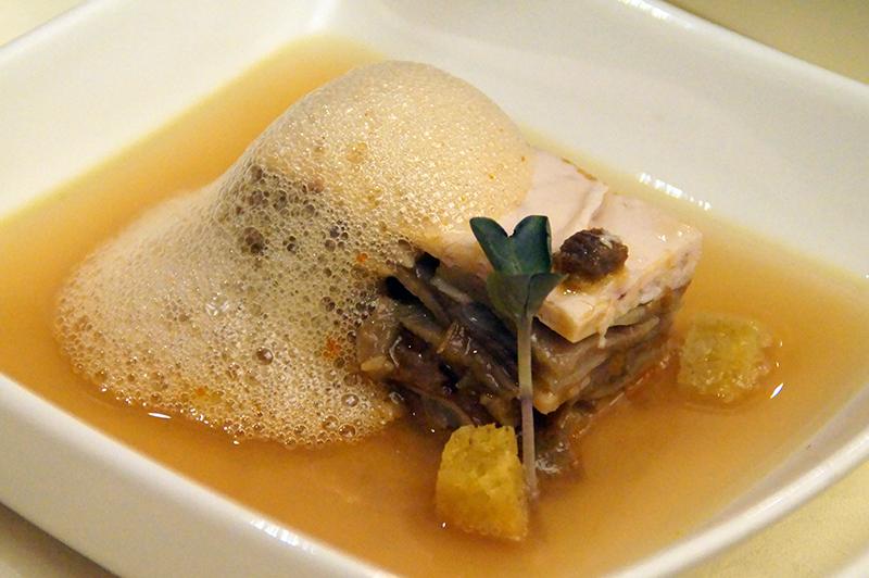 Lasagna de morros de ternera y sepia con jugo de chipirones y aire de piquillos con pimentón de Aizian