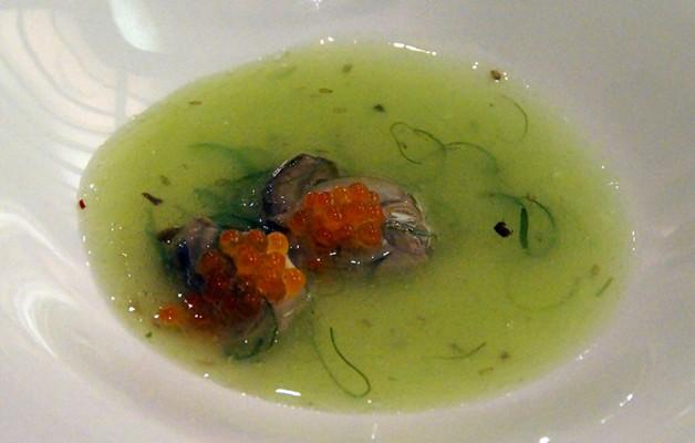 Receta: Sopa templada de ostras, algas y huevas de salmón
