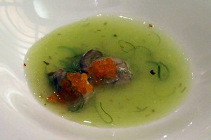Sopa templada de ostras, algas y huevas de salmón de Aretxondo