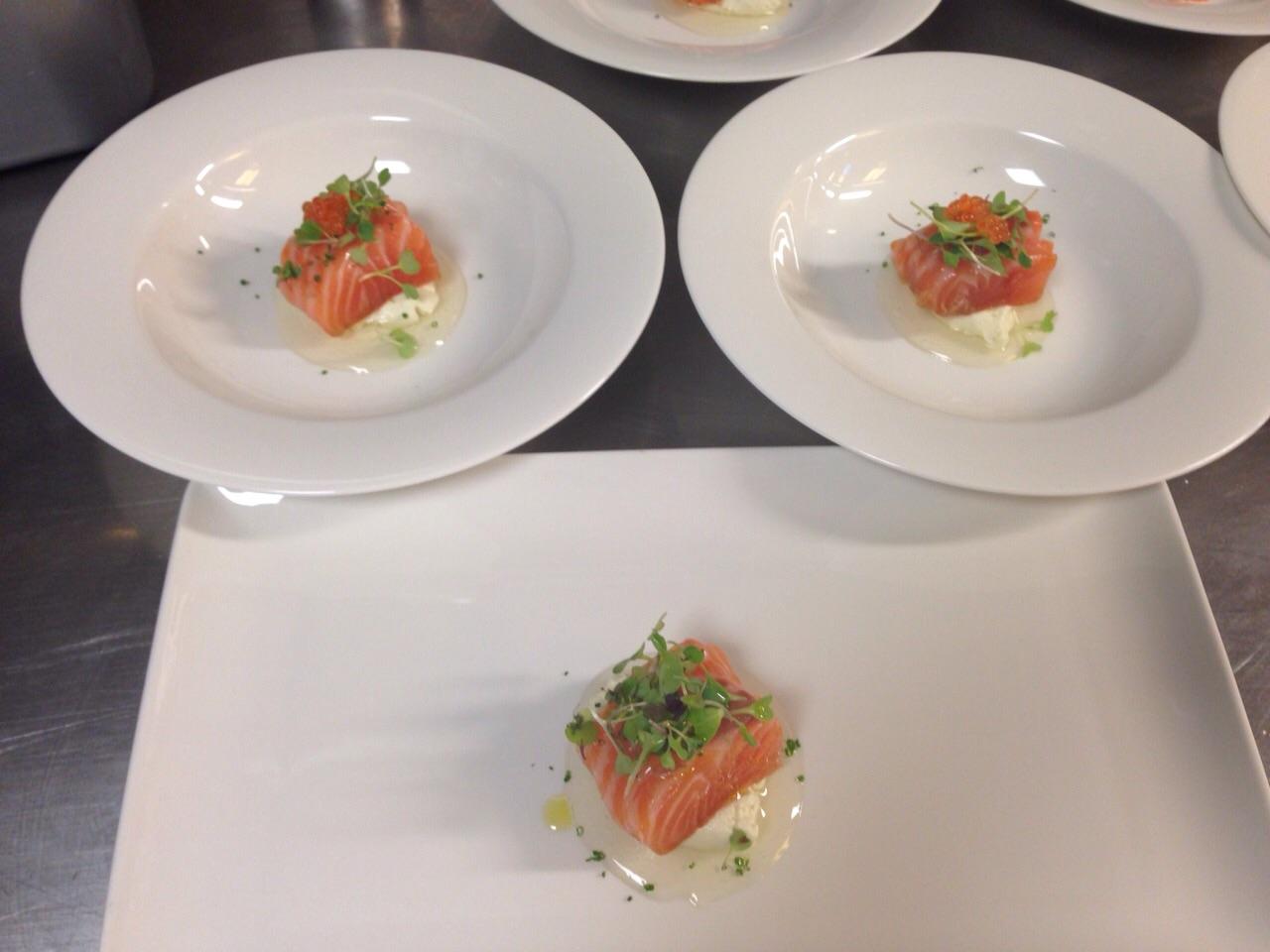 Salmón marinado sobre gel de tomate y mousse de ajo blanco Aizian