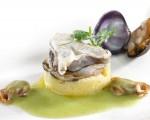 Receta: Kokotxas de merluza sobre patata rota y salsa verde de almejas al txakoli