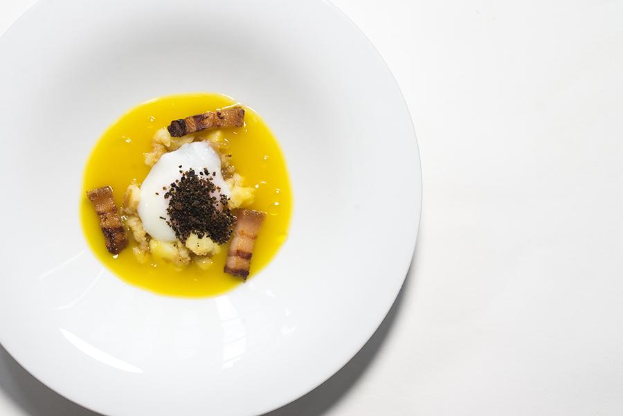 Huevo de Karrantza con caldo de putxero y panceta de Euskal Txerri de San Mames Jatetxea