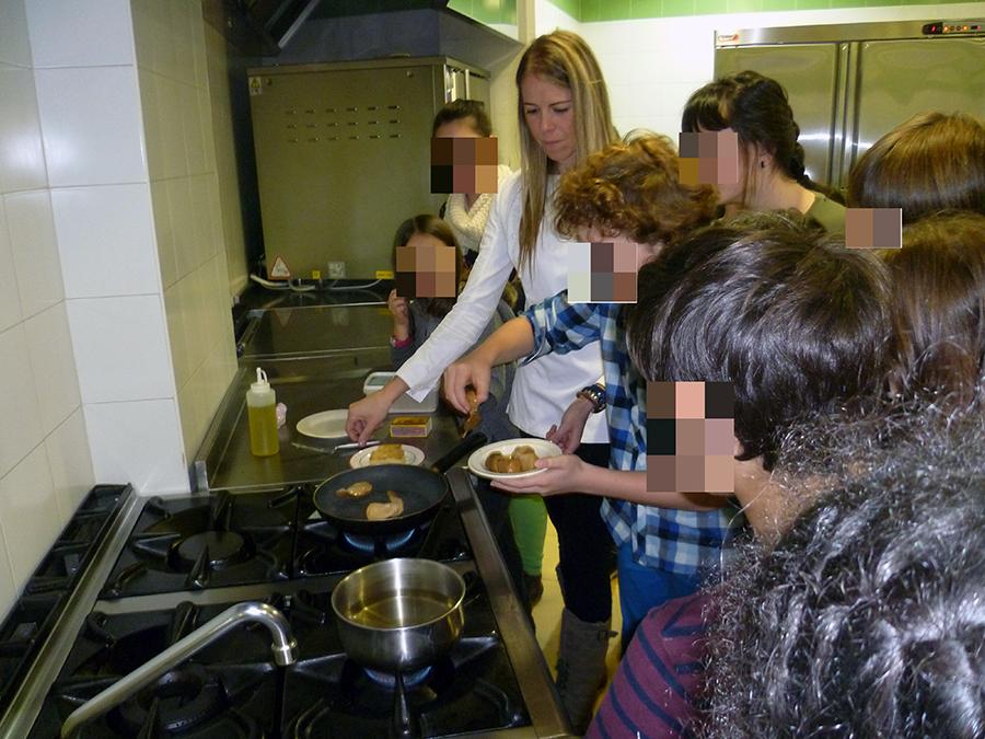 zurine-garcia-alumnos-arrankudiaga-cocinando