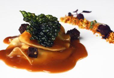 Receta: Ravioli de lumagorri con caldo de cocido y berza frita
