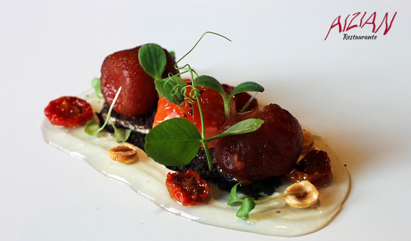 Tomates en texturas sobre mousse de anchoas en salazón y tierra de olivas del restaurante Aizian Bilbao