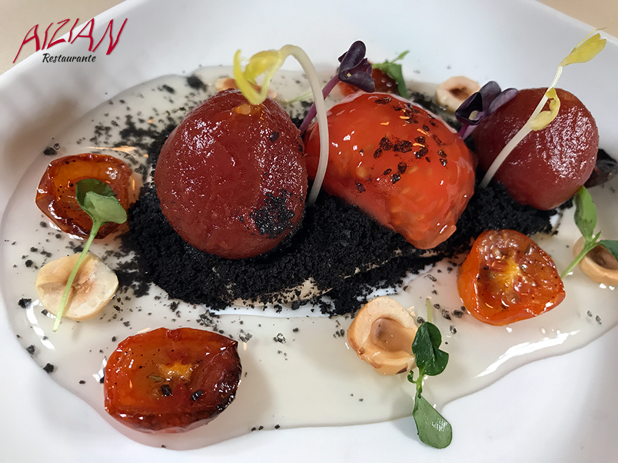 Tomates en texturas sobre mousse de anchoas en salazon y tierra de olivas aizian