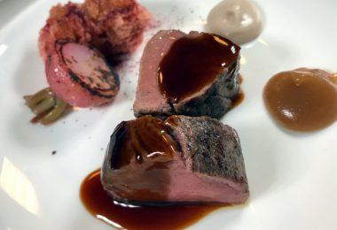 Receta: Lomo de ciervo sangrante, bizcocho de remolacha y rabanito asado