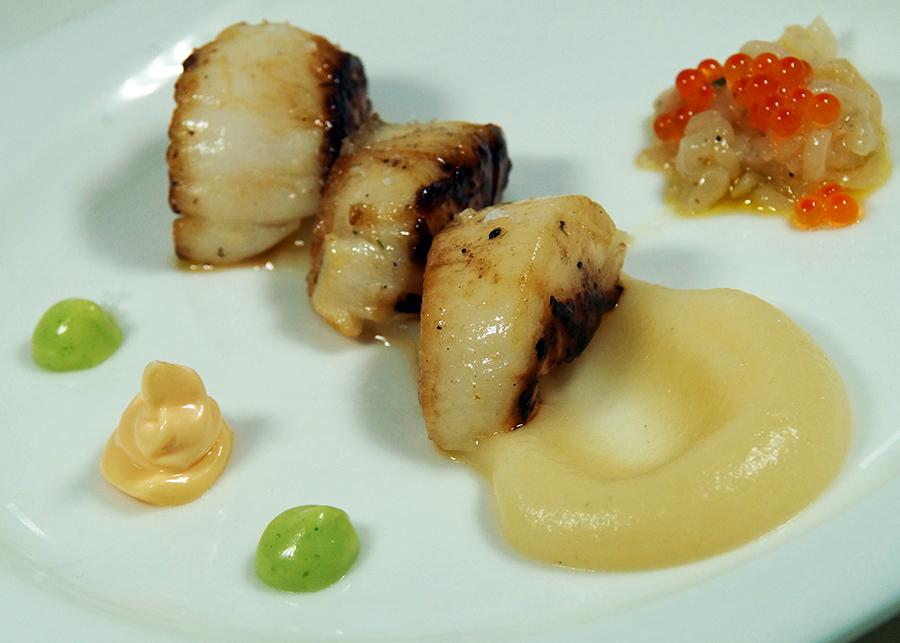 Vieiras asadas a la plancha con tartar de Zamburiñas y crema de apio-nabo restaurante Aretxondo