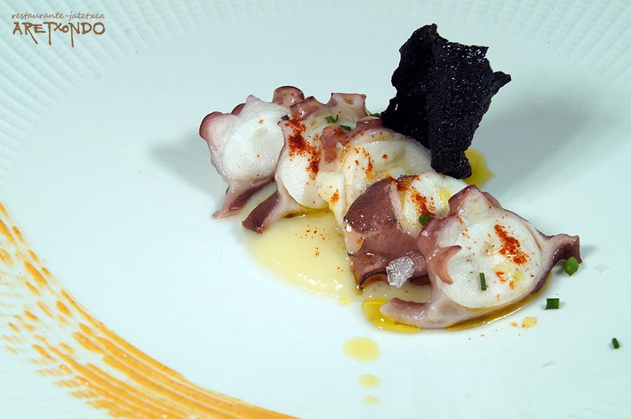 Láminas de pulpo sobre patata, emulsión de pimentón y teja de calamar MENÚ ARETXONDO