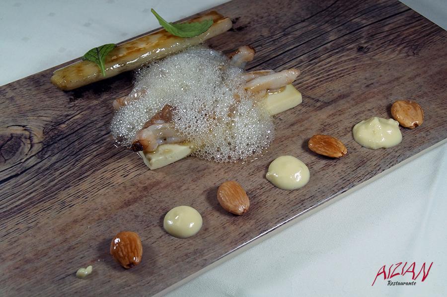 Navaja sobre gel de piparras, pilpil de almendras y puerro con mantequilla Aizian
